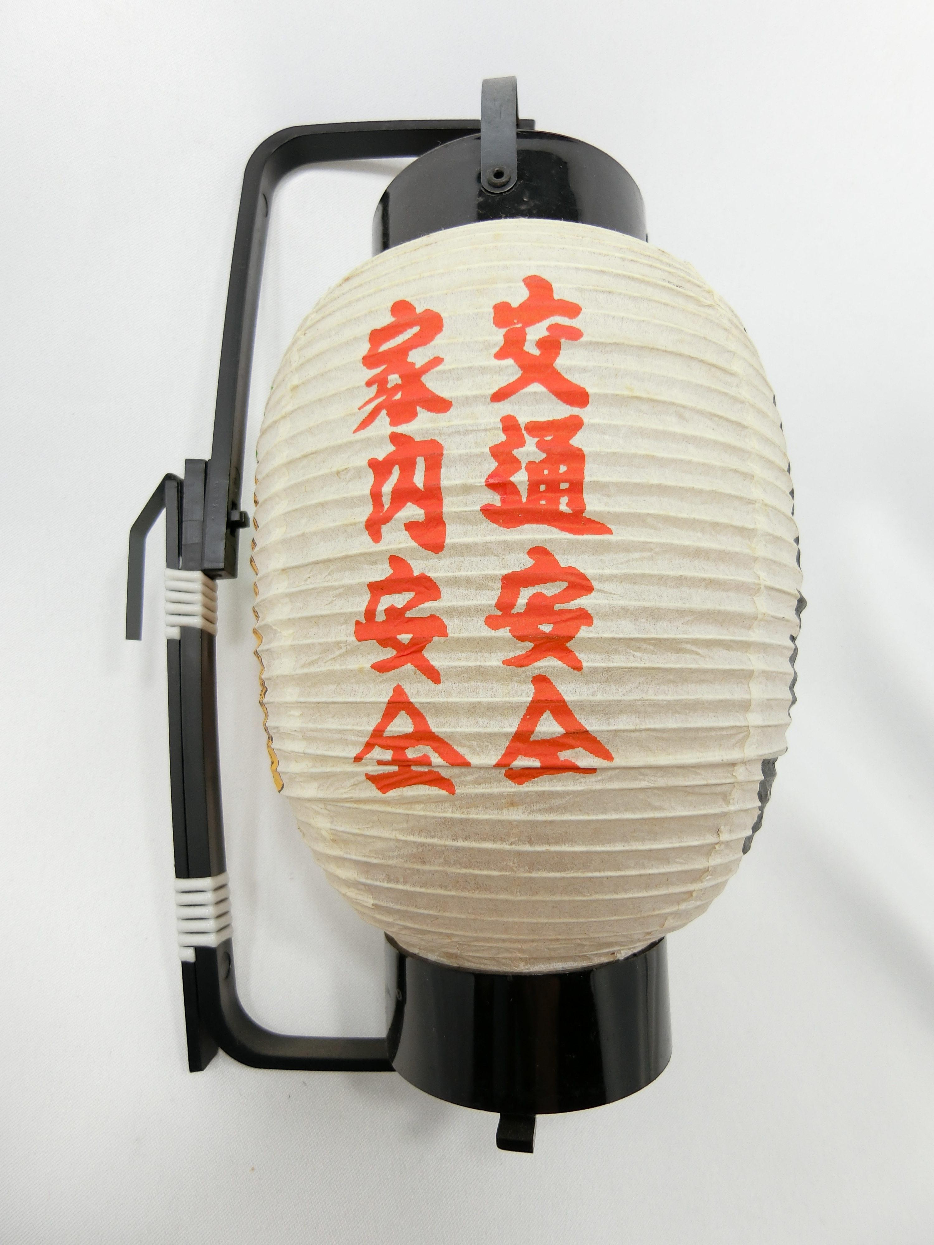 吉見百穴(左)
